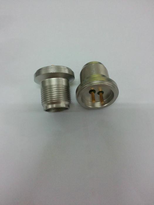 订货型号:KYF128-25-9  1、插座采用玻璃烧结结构 2、耐高温 350°、高密封 3、插针镀金、镀镍、镀银 4、绝缘电阻:250V、500MΩ 5、壳体表面喷砂或者哑光银灰色 6 适用于振动与加速度传感器连接器 7、参考标准:用户需求定制 8、接受用户定制特殊标准型号产品